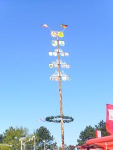 Maibaum 2011 - fertig trotz Wind